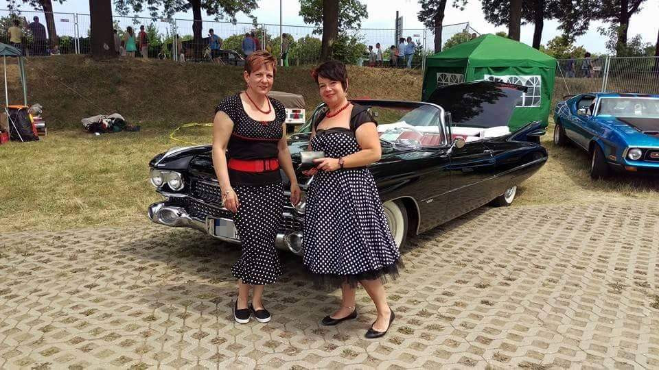 Damen vor Ausfahrt US Car Convention 2015