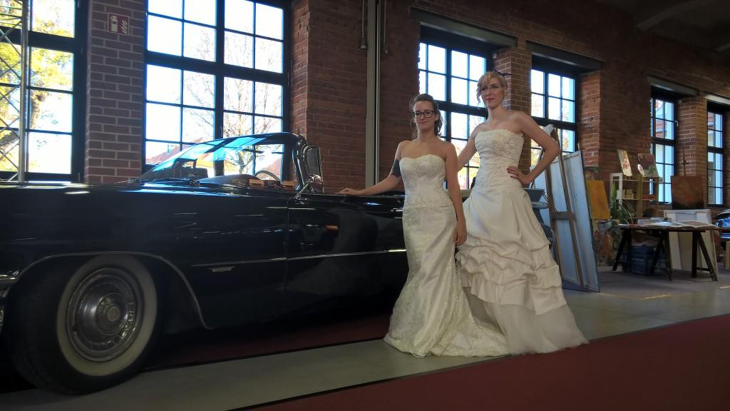 Hochzeitsmesse, 2 Bräute am Brautauto Sonderangebot zum Jahresende 2019